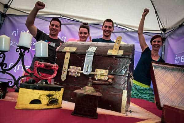 4 udeleženci team building programa escape room, skrinja z zakladom