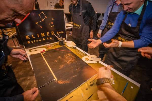 Nastajanje slike v team building delavnici, udeleženci ustvarjajo